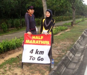 FInding Reason to Slow Down, so I took Eda & Intan's pic at km 17